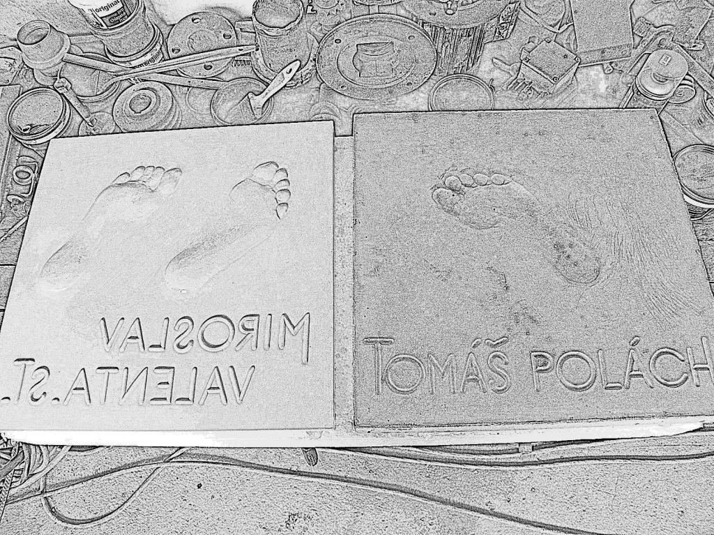 Vlevo zatím sádrová forma, vpravo betonový odlitek